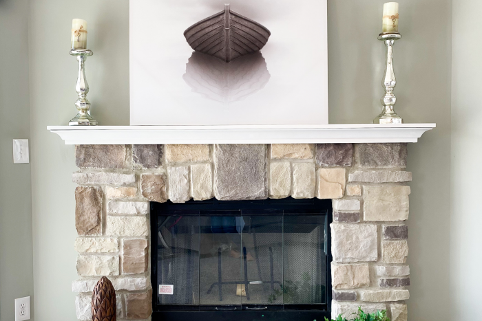 Stone fireplace, with white mantel in Pineview model